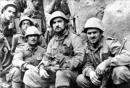 Italians with Carcano, folding bayonets