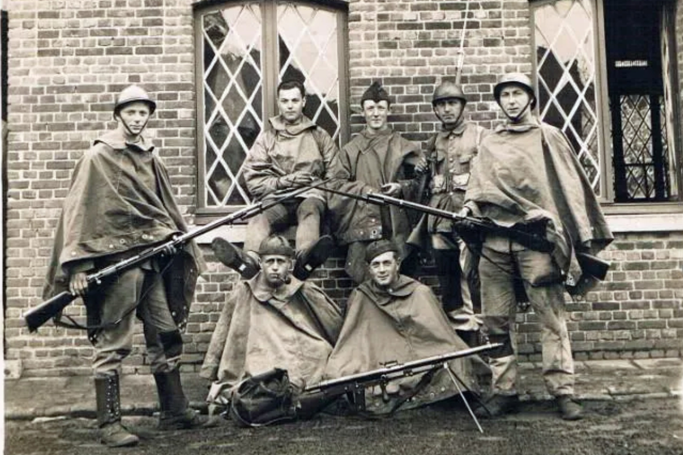 French or Belgian soldiers WWI, bayonets look Belgian