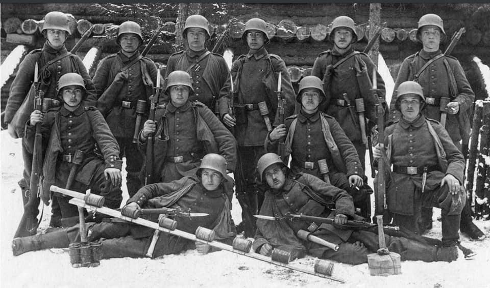 Germans with short ersatz bayonets WWI